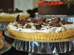 banoffee pie on cake stand
